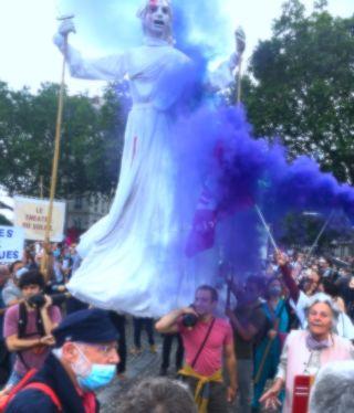 Guetteurs et tocsin Le Théâtre du Soleil à la manifestation des blouses blanches